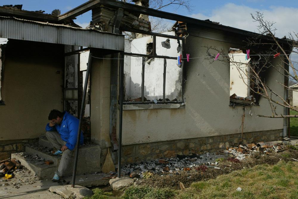 Dans la ville d'Obilic, Dejan Stolic, un Serbe du Kosovo, fond en larmes (23 mars) à l'extérieur des restes de sa maison, incendiée par des Albanais du Kosovo. L'église Orthodoxe de la ville et les maisons serbes alentours ont également été brûlées.